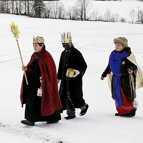 Niños disfrazados de Reyes Magos pasean por la nieve