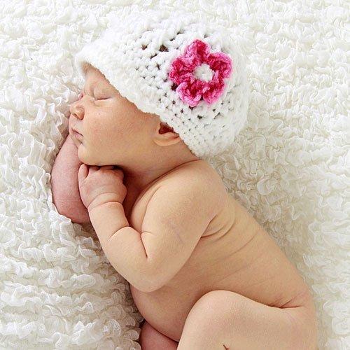 Bebé con gorrito de flor durmiendo