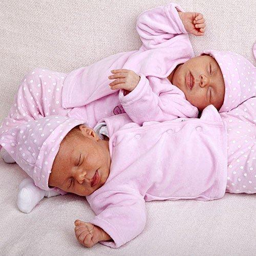 Dos gemelas duermen a juego