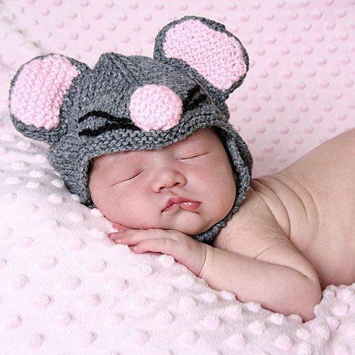 Bebé dormido y disfrazado de ratón