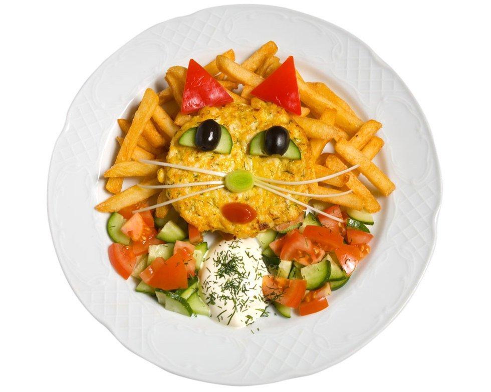 Una tortilla con una cara de gatita para la comida o la cena