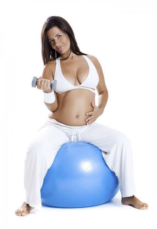 La pelota apropiada y segura para los ejercicios de la embarazada