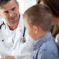 Consulta médica de un niño con enuresis