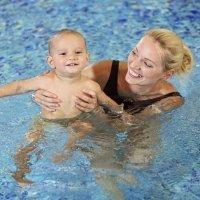 Ejercicios de estimulación en el agua para bebés