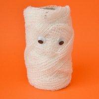 Momia de Halloween. Manualidades de reciclaje para niños