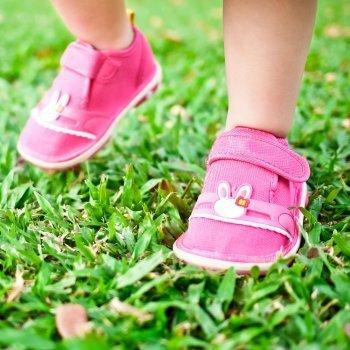 Los zapatos más adecuados para los primeros pasos del bebé