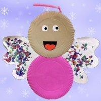 Ángel de Navidad con platos de cartón