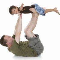 Juegos entre el papá y sus hijos