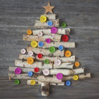 Árbol de Navidad con ramas y botones para niños