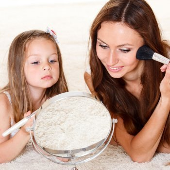 Las niñas imitan a las madres. Tal madre tal hija