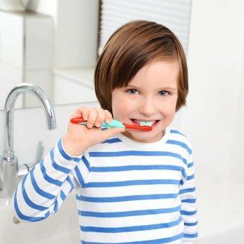 Cómo deben cepillarse los dientes los niños