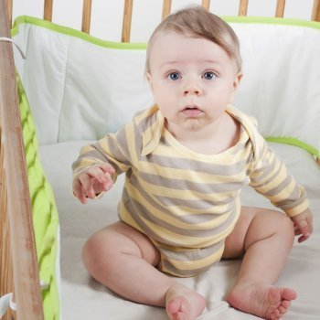 Cómo debe ser el protector de cuna del bebé