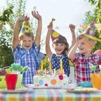 Decoración y comida para la fiesta de cumpleaños de los niños