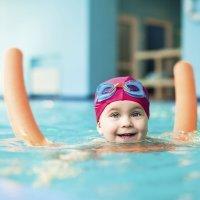 Materiales de aprendizaje para los bebés en la piscina