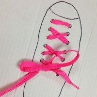 Plantilla para aprender a atarse los cordones. Manualidad para niños