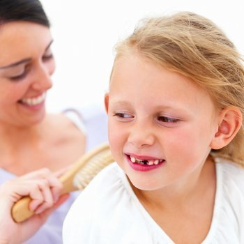 Dientes amontonados de los niños