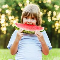 Trucos caseros para eliminar manchas de fruta de la ropa de los niños