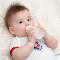 Cómo eliminar manchas de leche de la ropa del bebé