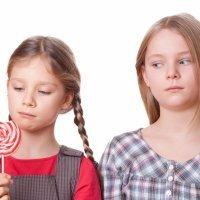 Cómo evitar la envidia en los niños