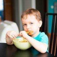 Cómo eliminar manchas de tomate de la ropa de los niños