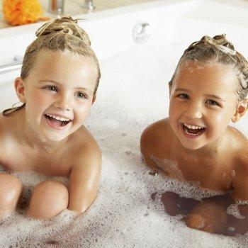 ¿Hasta cuándo se pueden bañar juntos los hermanos?