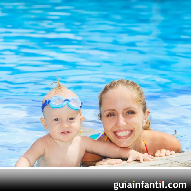 El primer ba o del beb en la piscina for Piojos piscina