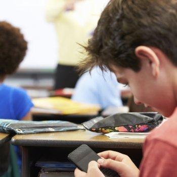 Por qué los niños no deben usar el móvil en el colegio