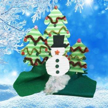 Decoración de Navidad. Muñeco de nieve y árboles navideños
