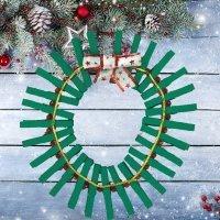 Corona de Navidad con pinzas. Manualidades de reciclaje