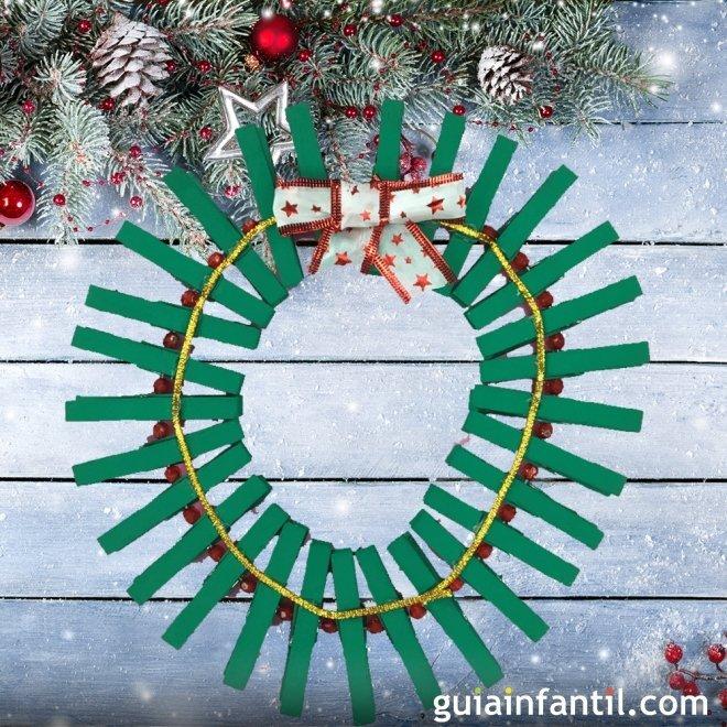 beautiful corona de navidad con pinzas de reciclaje navideas with navideas reciclaje - Imagenes Navideas