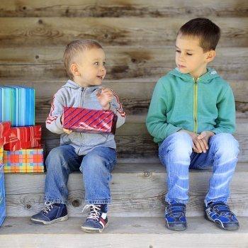 Niños que molestan y fastidian a otros