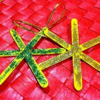 Estrellas navide as con purpurina manualidad con palos de for Manualidades navidenas con cartulina