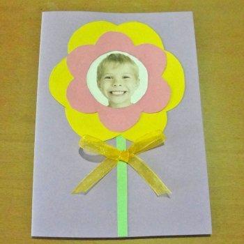 Tarjeta de flor con foto. Manualidad para mamá