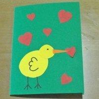 Tarjeta de pollito con corazones. Manualidades del Día de la Madre