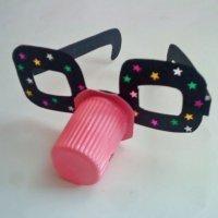 Gafas divertidas con vaso de yogur. Manualidades de reciclaje
