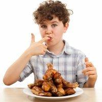 Niños glotones y ansiosos con la comida