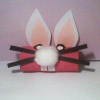 Manualidades de Pascua para niños. Conejo con rollos de cartón