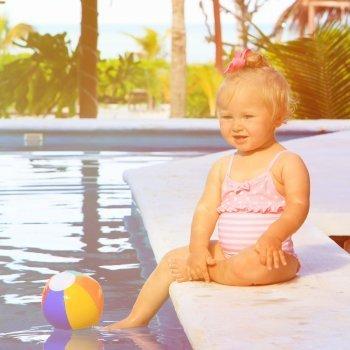 La seguridad del bebé en la piscina