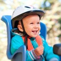La seguridad del bebé en la silla de la bicicleta