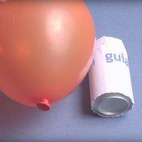 Cómo hacer rodar una lata con un globo. Experimento para niños