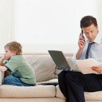 El sentimiento de culpa de los padres que nunca están en casa