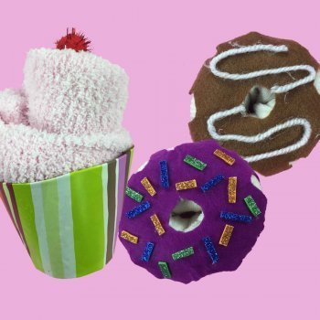 Cupcakes y donuts con calcetines. Manualidades de reciclaje