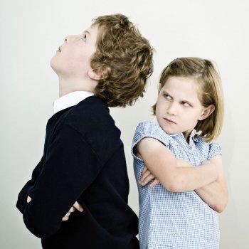 Por qué algunos niños tienen manía a sus hermanos