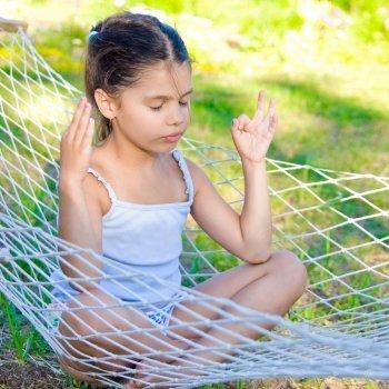Cómo enseñar yoga con las manos a los niños para relajarse