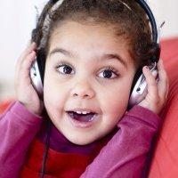 Los peligros del uso de auriculares en los niños