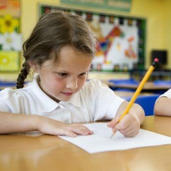 Cómo ayudar al niño zurdo en el colegio