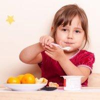¿Se puede mezclar el yogur con frutas en la dieta infantil?