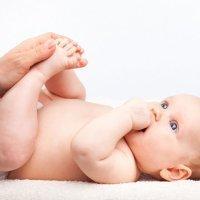 Qué causa la displasia de cadera en el bebé