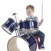 Los beneficios de tocar la batería para los niños