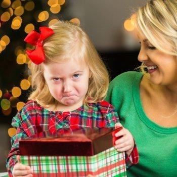 El riesgo de dar demasiados regalos a los niños en Navidad